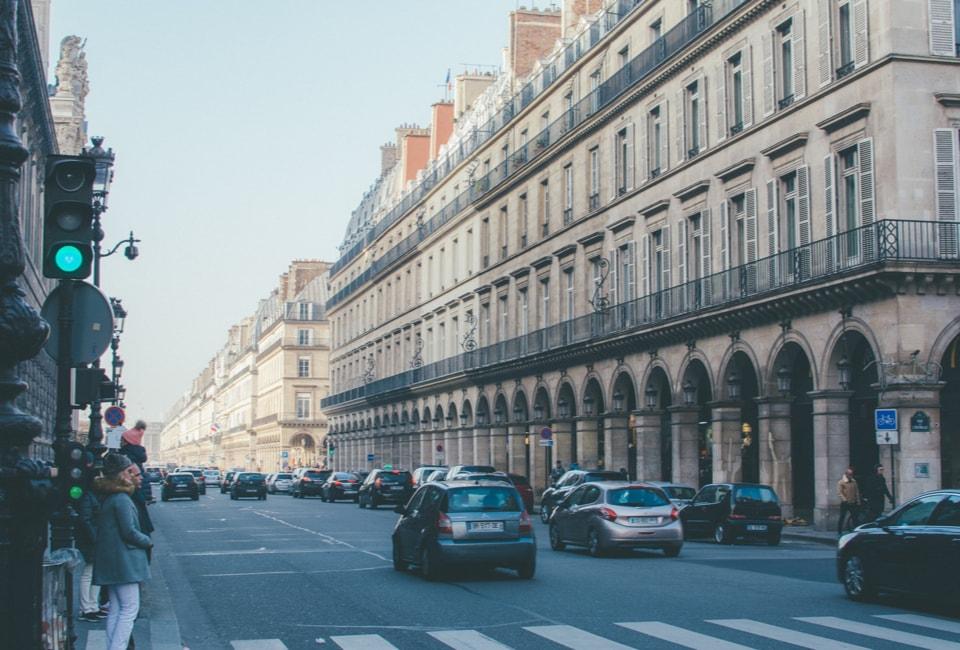Rue passante d'une grande ville française sans aucun déchets polluants