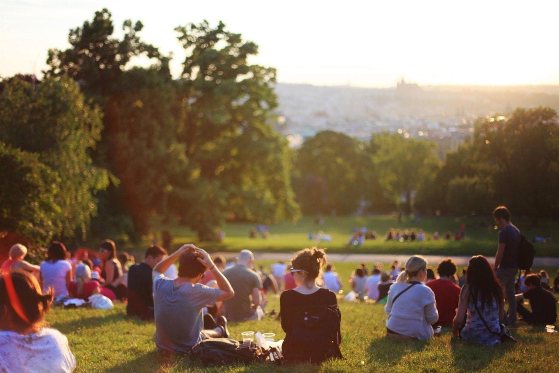 Des individus qui profitent du soleil dans un parc sans laisser de déchets après eux