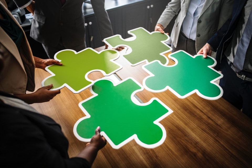 Équipe de salariés d'une entreprise française pendant une réunion sur le bilan carbone annuel