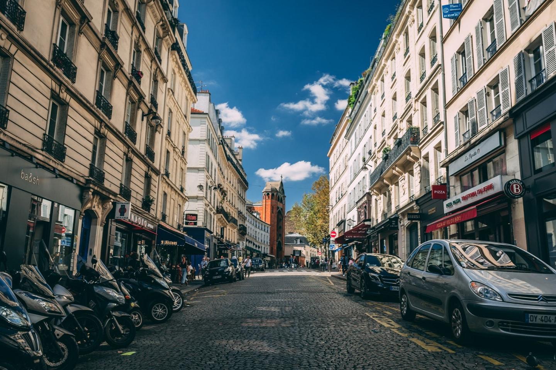 Rue dans une ville avec une propreté urbaine exemplaire grâce à Hoali