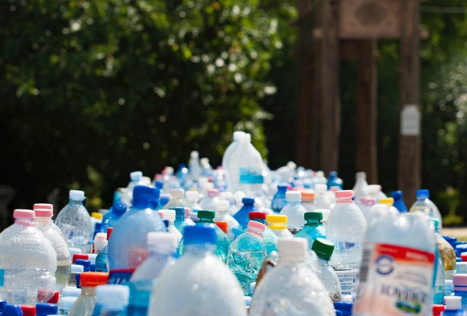 Tri de bouteilles d'eau pour diminuer les déchets plastiques avec l'application Hoali